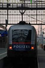 br-182-183-alle-taurus-baureihen/182821/1116-250-0-wirbt-fuer-die-oesterreichische 1116 250-0 wirbt für die Österreichische Polizei,die Lok konnte mit dem EC 112 in Frankfurt Hbf fotografiert werden